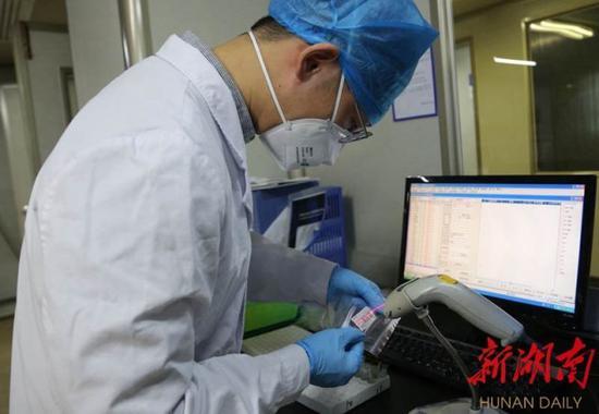 (2月25日,湘潭市第一人民医院医生正在进行核酸检测工作。资料图片 通讯员 段斌)