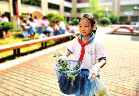 △ 8 月 31 日,长沙市砂子塘湘天小学举行特殊的开学典礼,学生正在打扫校园卫生。图 / 受访者提供