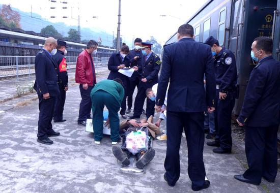 旅客在列车上突发疾病,怀铁民警配合医方紧急救人