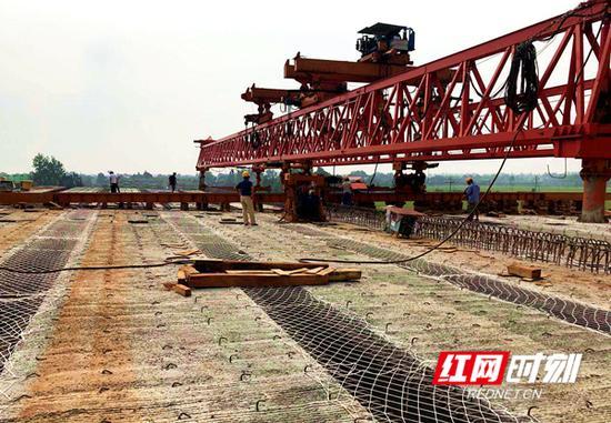 长益扩容新河特大桥箱梁架设现场。