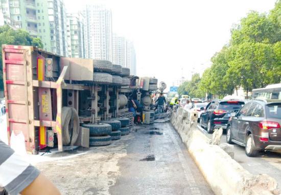 7月3日,长沙东二环杨家山立交桥向南方向上桥处,一辆满载工业用盐的大型货车发生侧翻。图/受访者提供