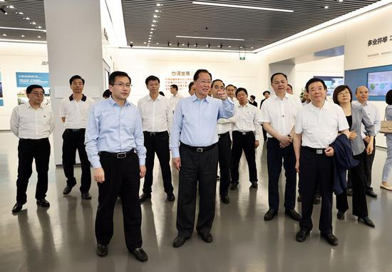 毛伟明一行在苏州工业园区展示中心学习考察。