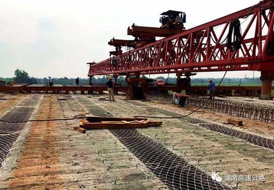▲长益扩容新河特大桥箱梁架设工作正顺利进行。