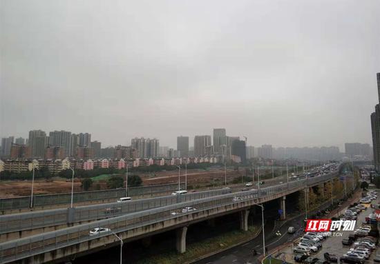 立冬,南方城市长沙阴雨转换。小白 摄