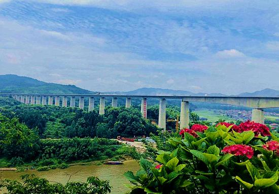 青山绿水间,张吉怀高铁即将建成