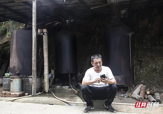 在等待熬制的过程着,蒋爱文统计收原材料和木材的成本。
