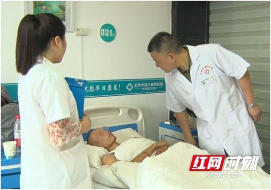 图为曾主任特意来病房叮嘱江伟出院的注意事项。