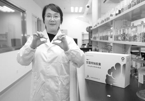 """11月3日,""""九期一""""(甘露特钠)的原创新药主要发明人、中科院上海药物所研究员耿美玉向记者展示新药样品模型。图/新华社"""