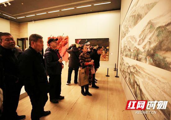 12月20日,中国美术馆内,前来参观学习的人群接踵比肩,络绎不绝。壁画展厅内,《锦绣潇湘•南岳衡山七十二峰图》前吸引了大批前来参观学习者。