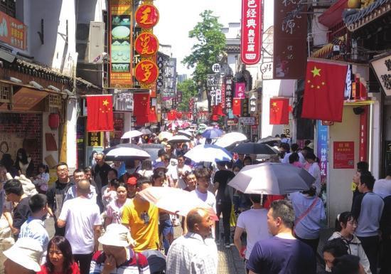火辣的太阳也无法减少太平街的人气。