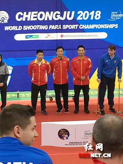 黄兴、杨超上台领奖。