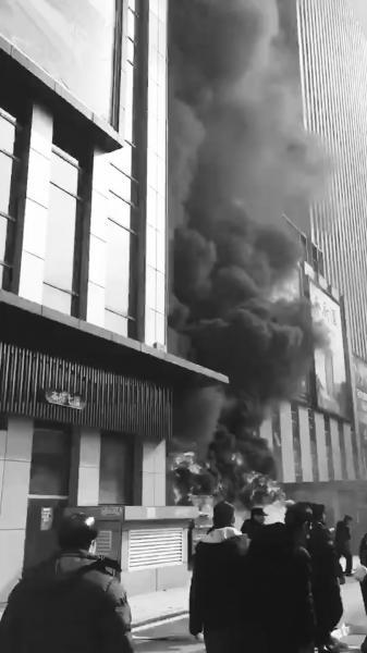 起火后现场浓烟滚滚。视频截图