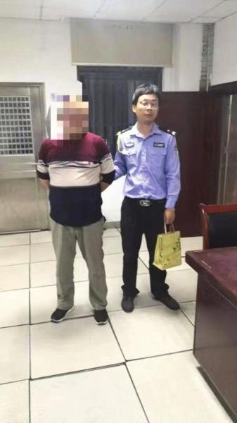 """10月7日,衡阳市石鼓区,冒充""""督查暗访组人员""""的屈某被警方依法处行政拘留十日的处罚。图/受访者提供"""