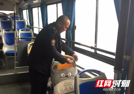 江海正在为乘客系坐垫。