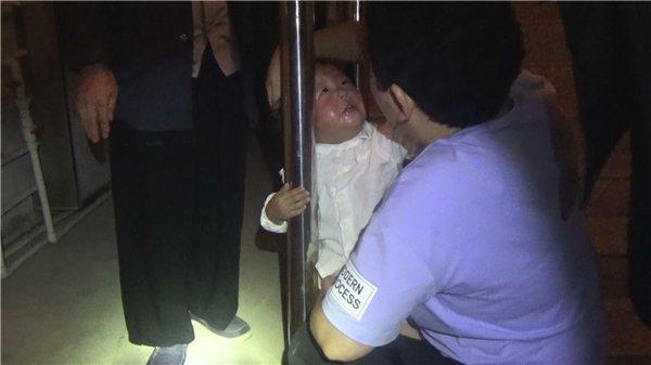 常德一儿童贪玩钻进楼梯扶手被卡 消防几分钟顺利救人