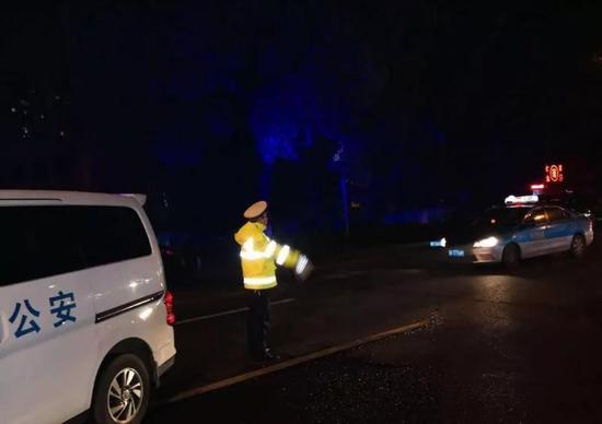 坚守火灾现场的执勤民警冒着浓烟,指挥路口车辆分流绕行,一刻也未曾退缩。