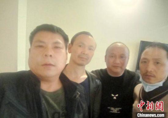 葛江龙(左二)和他一起去雷神山医院建设的工友们。 受访者供图