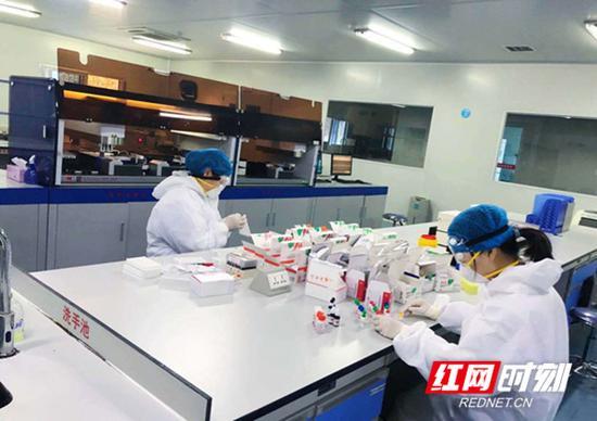 工作人员正在准备检测用的试剂。