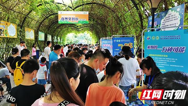 城市森林自然科普集市在湖南省森林植物园开集,吸引了众多市民。