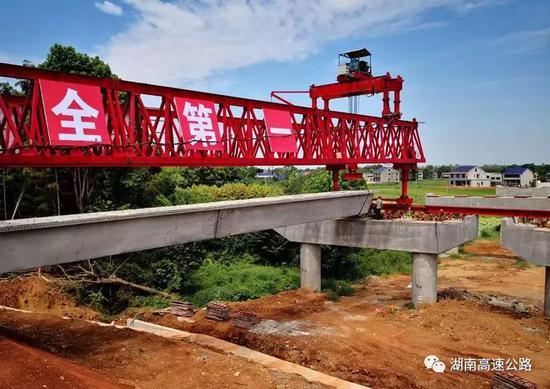 ▲长益扩容工程新河特大桥箱梁架设施工现场。