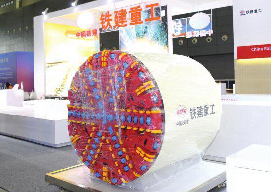 铁建重工展示的盾构机模型。