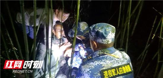 1月1日晚,宁乡退役军人应急救援志愿突击队成功搜救一名失踪老人。