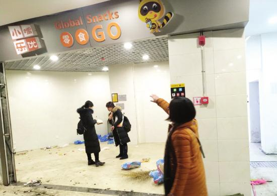 1月13日,长沙银盆南路溁湾新街市农贸市场,刘女士经营的零食店被搬空。图/潇湘晨报记者 陈斌