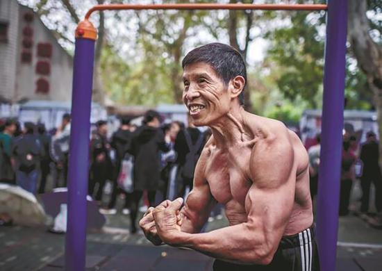 展示肌肉的邱钧。 图来自楚天都市报