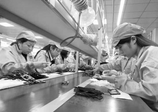 近日,郴州天珑芯科技有限公司,员工正在组装手机。图/记者陈张书
