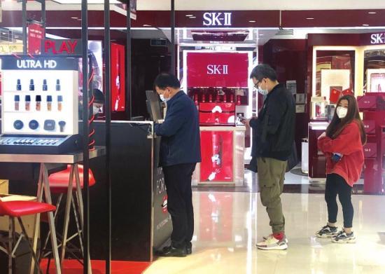 2月9日,长沙王府井百货五一广场店,顾客正在排队交费。图/记者谢长贵