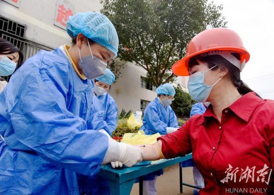 (2月20日,嘉禾县经济开发区众合铸业有限公司,医疗服务小分队为员工免费体检。黄春涛 摄)
