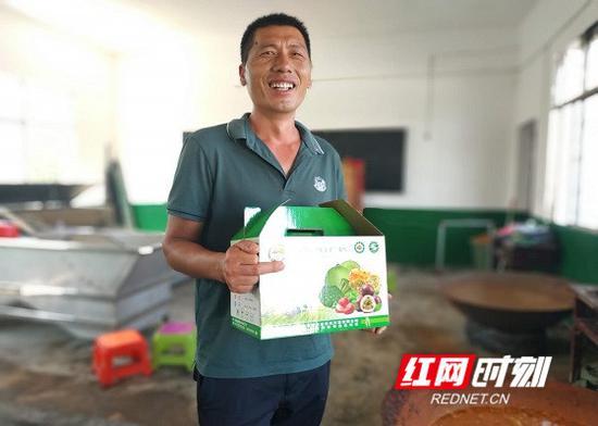 扶贫车间负责人唐方华介绍自己的皮咸蛋产品。