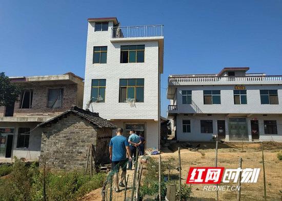 贫困户刘立明一家住上了楼房。