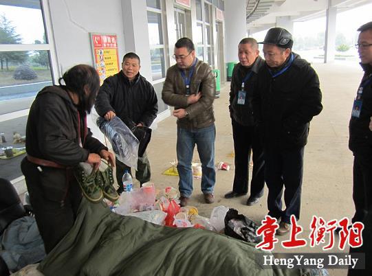 给流浪乞讨人员送上棉鞋等御寒物品。图片来源:掌上衡阳客户端
