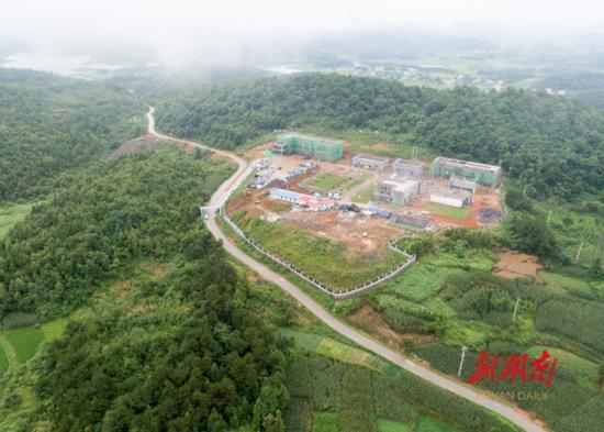 (7月10日,位于武冈市秦桥镇的高原水厂主体全部完成,已进入设备安装阶段。该水厂投入使用后,可解决附近4个乡镇10余万人的安全饮水问题。 湖南日报·华声在线记者 傅聪 摄)