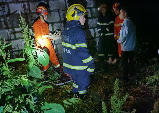 怀化女子醉酒摔落5米河床 ,消防员凌晨施救