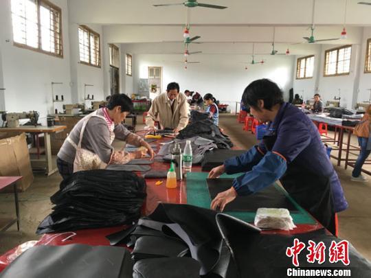 永州江华大路铺镇石下村小微企业给贫困户带来脱贫希望。 永州供图