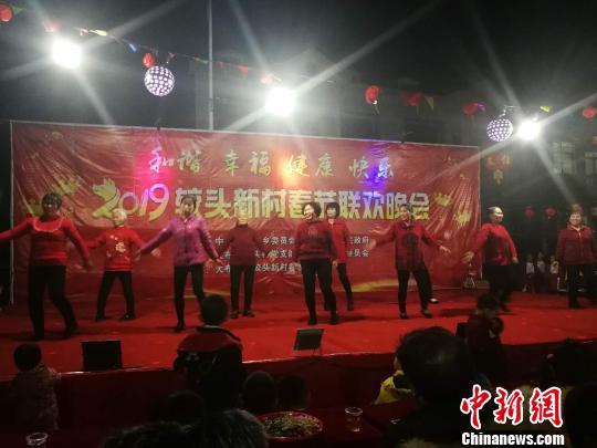 该村平均年龄65岁(最大的84岁)大娘组合表演《山水唱情歌》。 通讯员 王巧农 摄