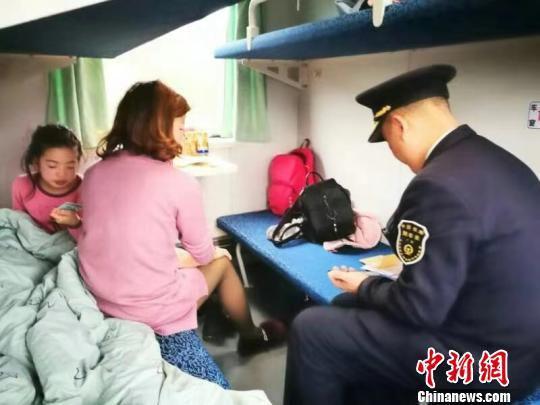 莫树林在列车上工作。 通讯员 王艳萍 摄