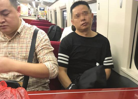 专案组在深圳皇岗口岸接到梁月林后,将其带回耒阳。 图/受访者提供