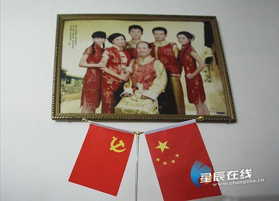(龚泽明说,没有新中国、没有改革开放,绝对不可能会有现在全家的幸福生活。)
