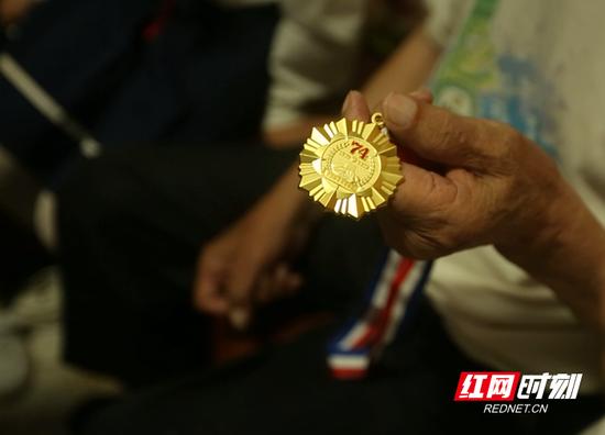 赵金义老人展示他的军功章。