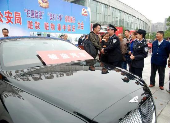 图为民警将宾利汽车返还给云南曲靖的失主黄浩林。