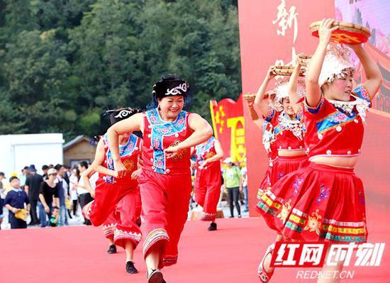 当地群众表演民俗文化节目。