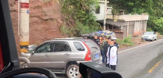 湘西一小车撞上山体路边电线杆,消防救出被困司机