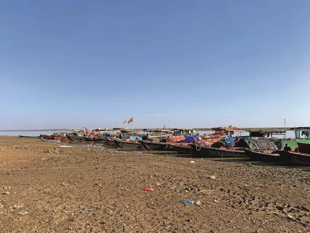 2019年11月中旬,江西省都昌县鄱阳湖边,捕鱼的人减少,仍有一些渔民在捕虾。摄影/中国新闻周刊记者 杨智杰