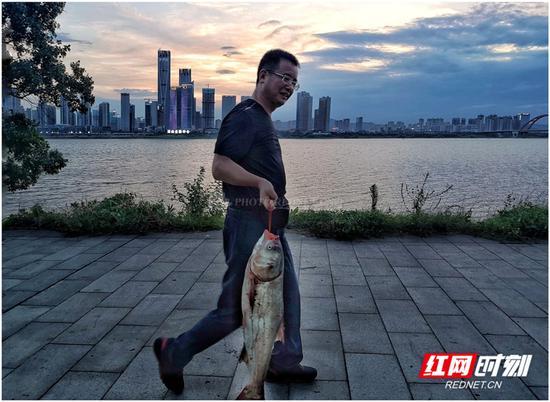 钓鱼归来霞满天,湘江边垂钓的人总能满载而归。图/彭定湘