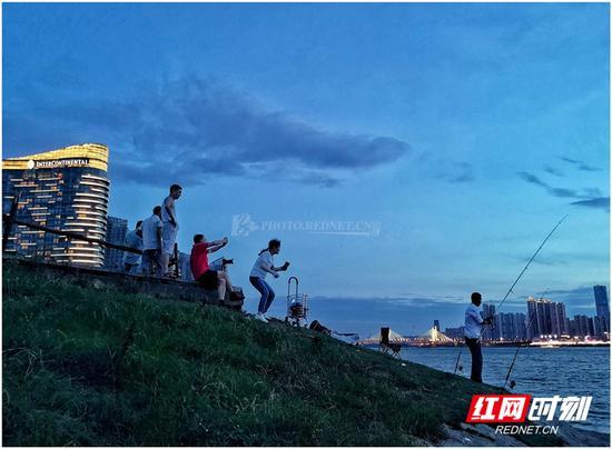酷热难耐的夏日里,落日余晖的清凉与壮美是人们每天不变的期待。图/彭定湘