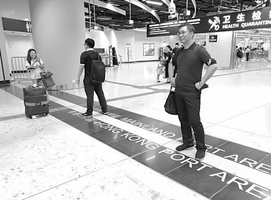 9月23日,香港西九龙站,旅客站在醒目的分界线上拍照留念。图/记者 丁蓉
