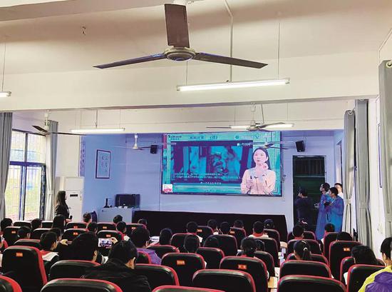 杨木村学生正在集中观看长沙名师线上直播教学。